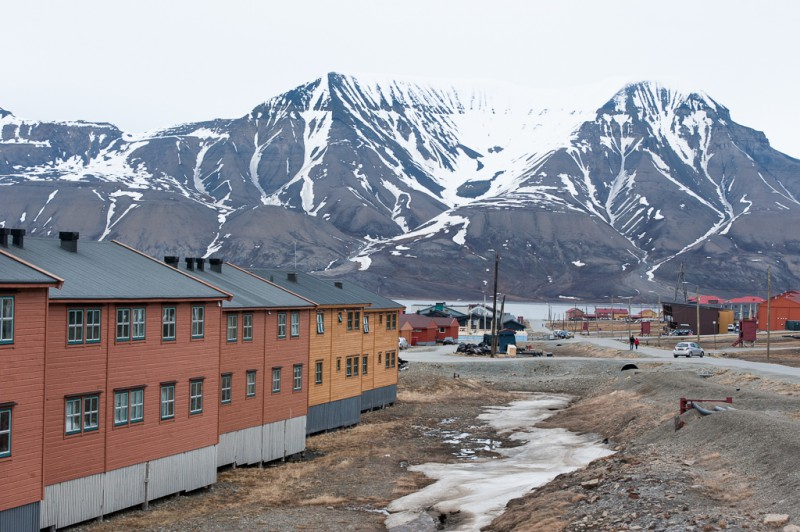 Longyearbyen, mmed de karaktäristiska bergen i bakgrunden.