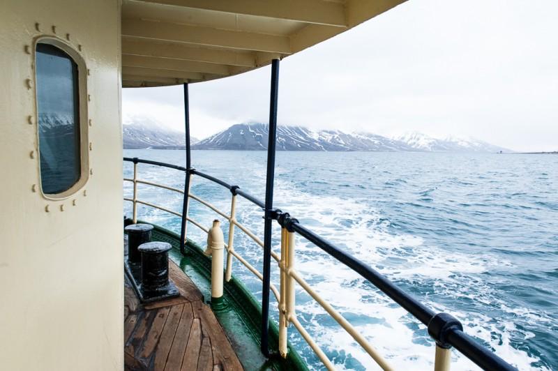 Adjö, Longyearbyen (syns uppe till höger i bild)!