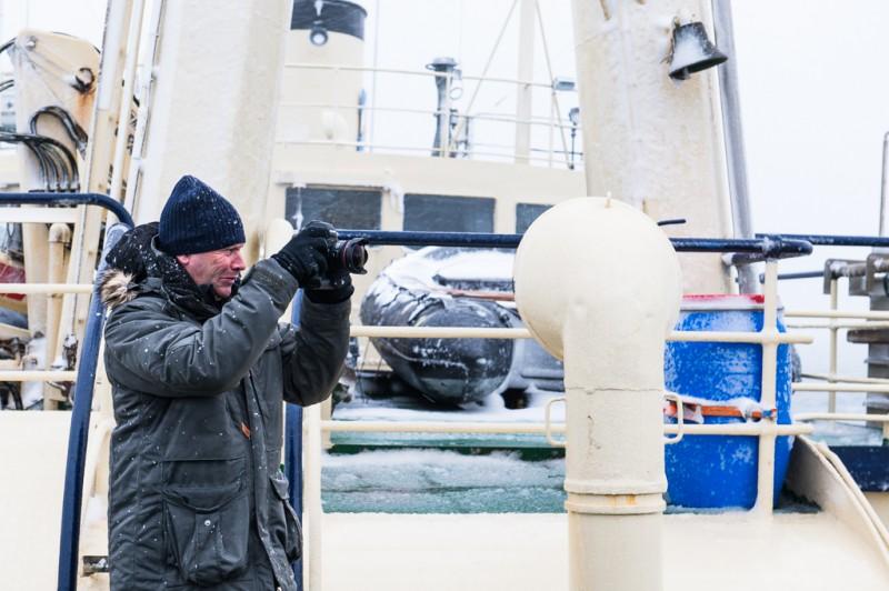 Båten hade verkligen ändrat karaktär sedan gårdagen, och den blev det vi ägnade kamerorna åt denna dag. Här ses Brutus dokumentera vår vädersituation.