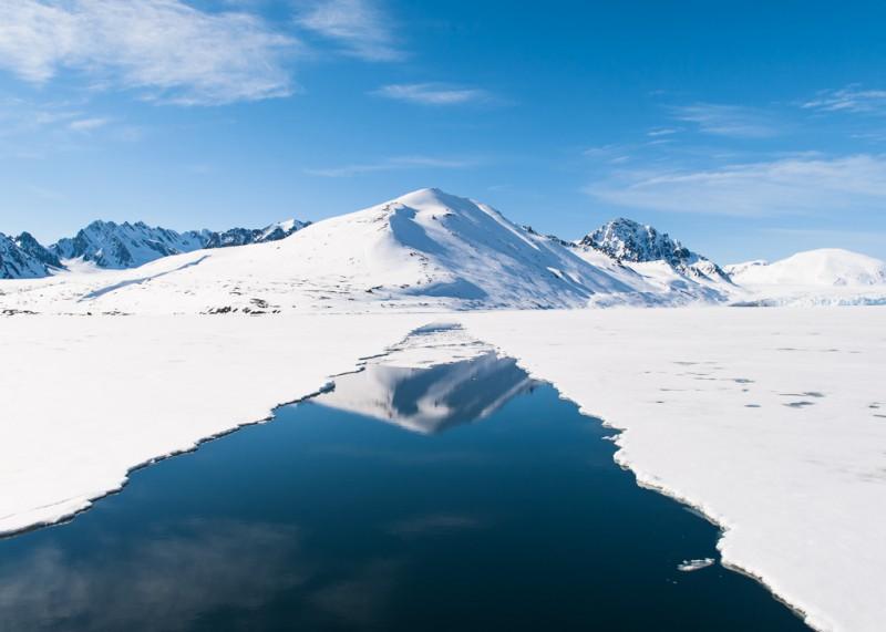 En annan båt hade plöjt upp en väg i isen åt oss.