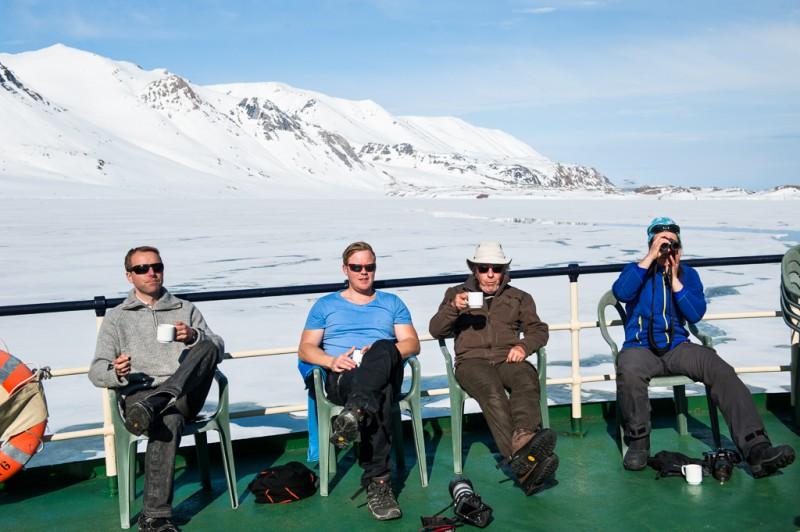 Det goda livet! Vår guide Åsa till vänster spanar med kikaren. Hon var den som upptäckte de flesta av björnarna på resan.